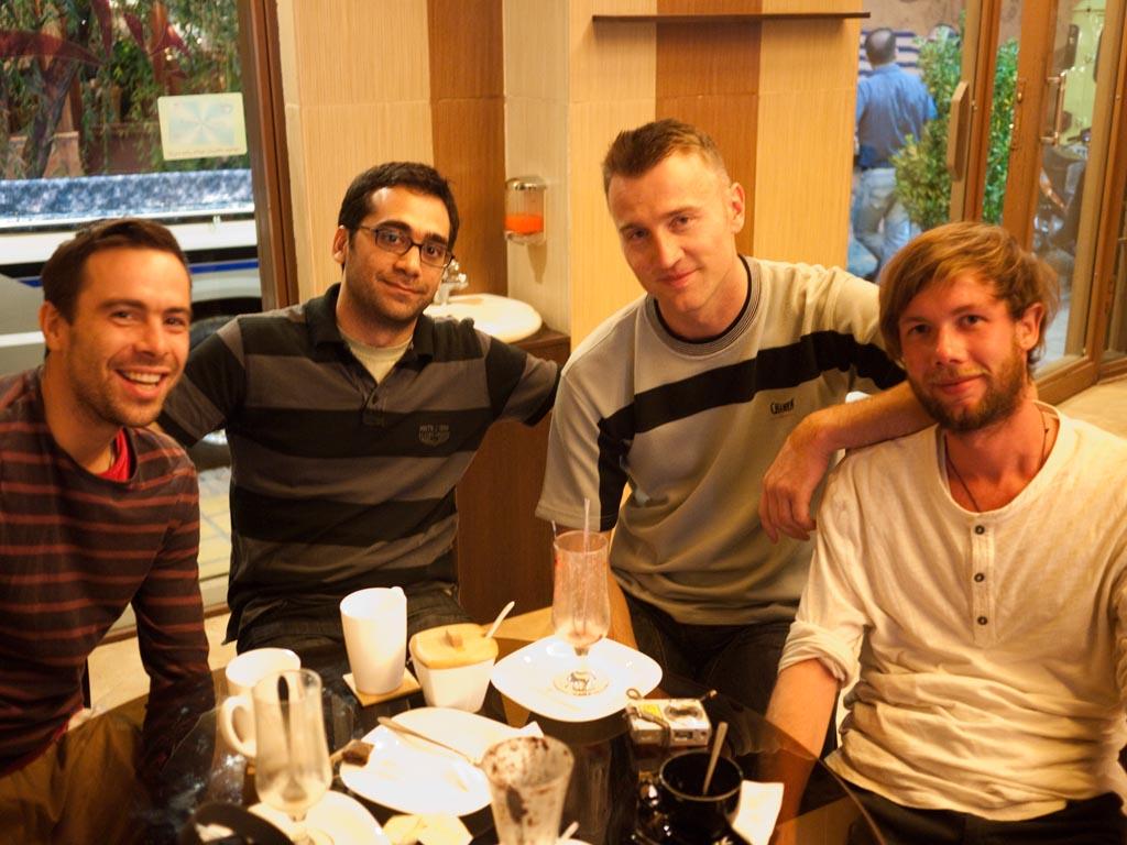 Teun, der verrückte Holländer (mit 35 km/h-Auto jetzt nach Afghanistan unterwegs http://www.crazybird.nl ), ein lieber Iraner, Kristijan und ich im fancy Café...
